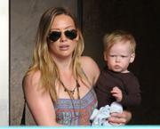 http://img289.imagevenue.com/loc198/th_319570365_Hilary_Duff_Babies_First_Class1_122_198lo.jpg