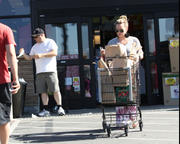 http://img289.imagevenue.com/loc389/th_048613913_Hilary_Duff_Shopping_at_Ralphs_market10_122_389lo.jpg