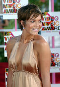http://img289.imagevenue.com/loc397/th_19459_Mandy_at_Video_Music_Awards_2004_11_122_397lo.jpg
