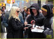 th_984815112_christina_aguilera_keeps_he