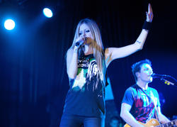 http://img289.imagevenue.com/loc550/th_430158695_52105_avril_lavigne_performing_live_in_moscow_3_123_122_550lo.jpg